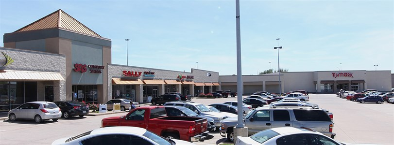 Dollar store leases in Arlington retail center